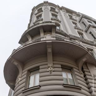Jugendstilelemente an einer Wohnhausfassade