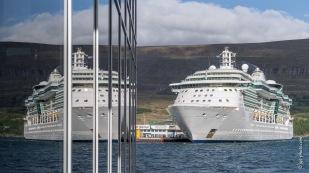Kreuzfahrtschiff im Hafen von Akureiry