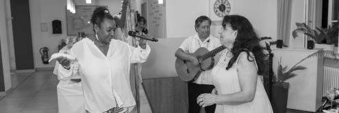 Tanzeinlage (Sängerin Mercedes Lopez-Herrera mit Ausstellungsbesucherin)