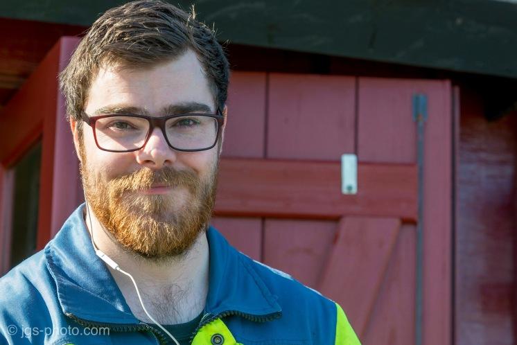 Junger isländischer Monteur in Djúpivogur