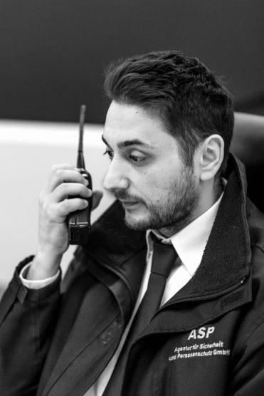 Den Kontakt zu seinem Kollegen vom Wachdienst hält Alexander S. über Funk.