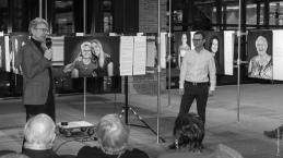 """Ausstellungseröffnung """"Meine große Liebe"""", am Mikrofon Geschäftsführer Siegfried Benker, rechts: Kurator Michael Härteis"""