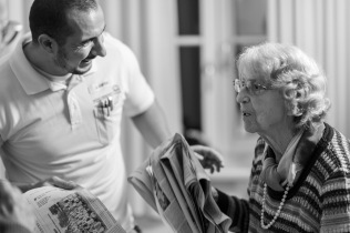 Frau Baumgartl hat ihre Zeitungen durchgelesen. Mehr Austausch über das Gelesene wünscht sie sich von ihren Mitbewohnern im Seniorenheim. Doch dazu sind viele nicht mehr in der Lage.