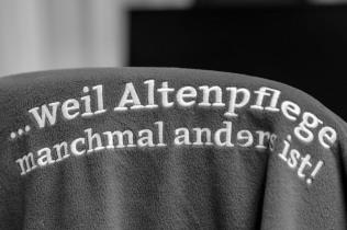 Den Claim der Münchenstift trägt jeder Pfleger auf seinem Rücken.