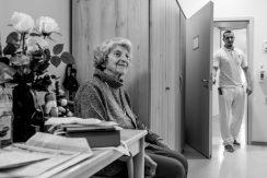 Kontrollgang der Pfleger. Frau Baumgartl ist beim ersten Gang meist noch auf, da sie bis spät Abends noch ihre Zeitungen liest.