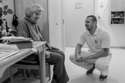 Frau Baumgartl geniesst die Möglichkeit, ein kurzes Gespräch mit dem Pfleger auf seinem Rundgang zu führen.