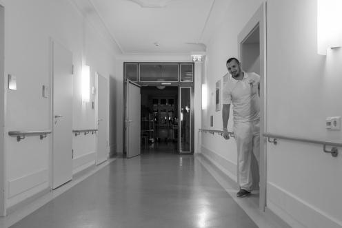 Beim Rundgang durch die Zimmer. Drei Mal erfolgt der Kontrollgang durch die Zimmer der Bewohner.