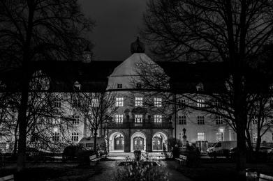Das Haus Heilig Geist der Münchenstift bei Nacht. 2009 wurde das über 100 Jahre alte Gebäude komplett saniert. Die breiten Flure und hohen Räume sind geblieben. Alles top hergerichtet bleibt die Architektur für uns doch etwas gewöhnungsbedürftig.