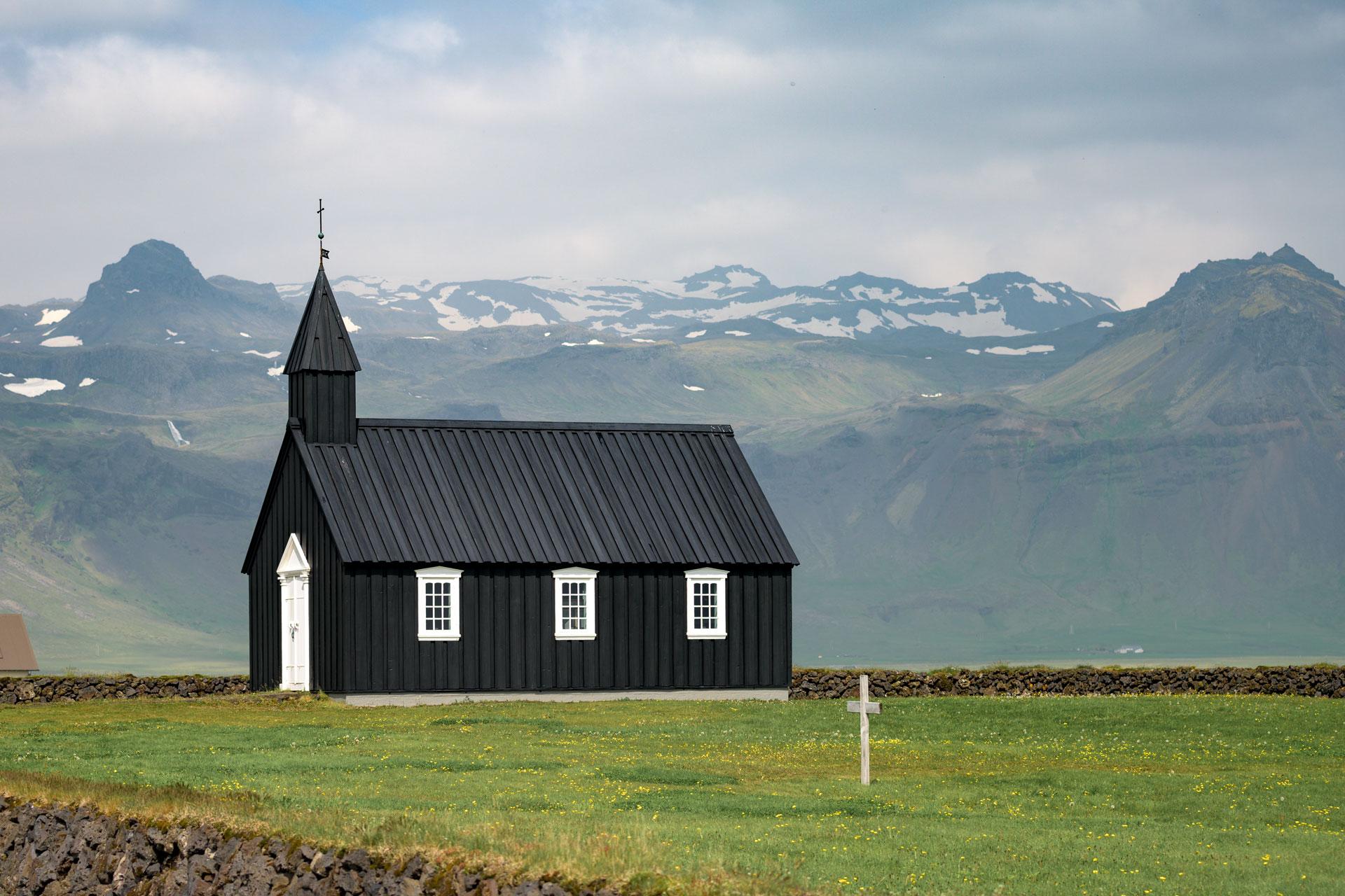 Budakirkja - eines der bekanntesten Fotomotive der Snæfellsnes-Halbinsel. Die schwarz geteerte Kirche liegt an der Südküste. Vom gleichnamigen Handelsort Budir sind nur noch Ruinen übrig.